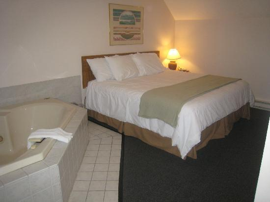 Traverse Bay Inn: king bedroom with jacuzzi