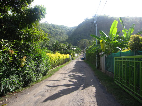 Punaauia, French Polynesia: servitude menant au relais
