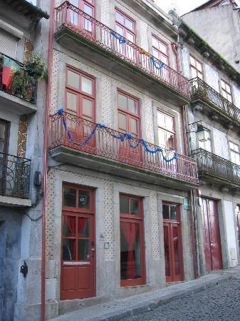 The Poets Inn : façade de oporto poets hostel
