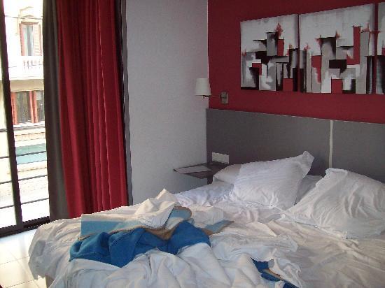 Hotel Medicis: Chambre (matin, le lit n'était pas encore fait)