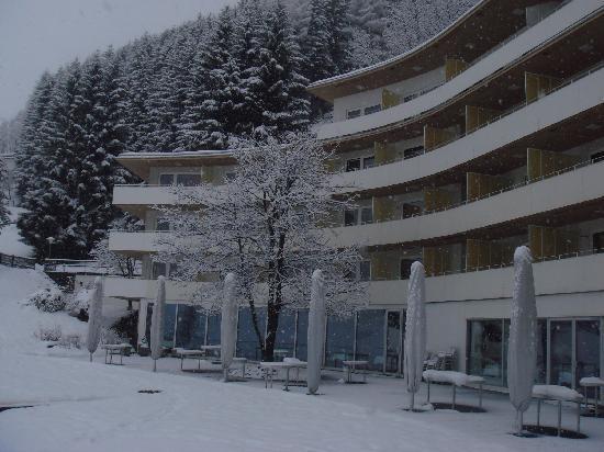 Vals, Svizzera: ristorante sala rossa esterno