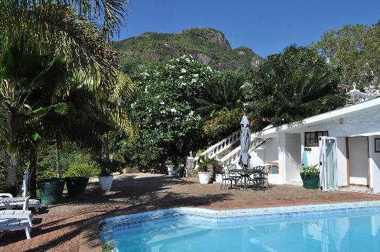 Le Sans Souci Guesthouse: Mountainside, poolside