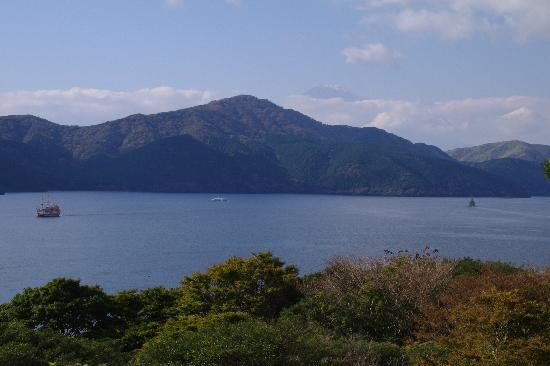 Onshi Hakone Park: 湖畔展望館から芦ノ湖と三国山を望む。