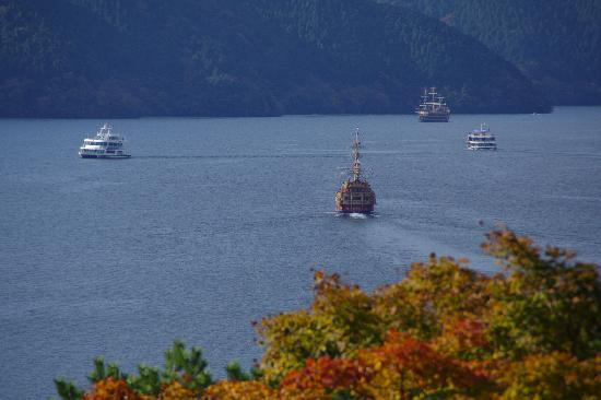 Onshi Hakone Park: 芦ノ湖を行く海賊船、遊覧船が見える。