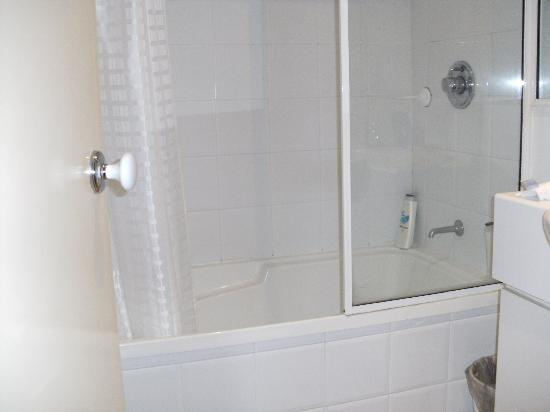 The Villas Palm Cove: bathroom