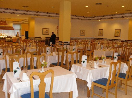 Hotel Riu Belplaya: The main dining area
