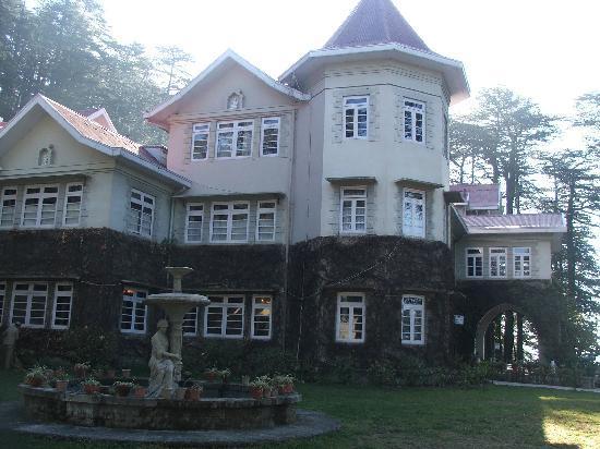 WelcomHeritage Woodville Palace Shimla: Lawn