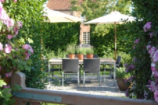 De Peperbus: Terrace in the middle of the fruit garden