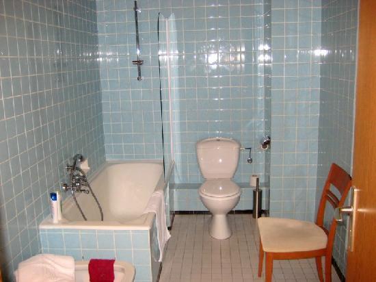 Hotel Du Parc: Salle de bain (70's mais spacieuse)