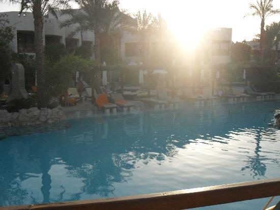 Ghazala Gardens Hotel: sunset 0n the water loungers