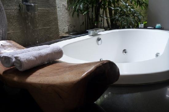 Villa Air Bali Boutique Resort & Spa: the bathtub at the semi outdoor bathroom