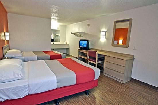 Motel 6 Kalamazoo: Guest Room w/ 2 Doubles