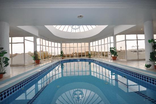 Majesty Golf Hotel: Piscine couverte avec jacuzzi!