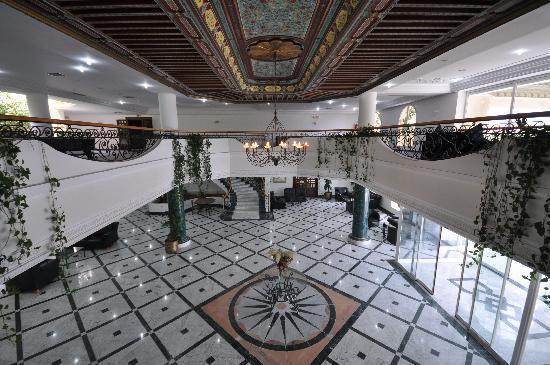 Majesty Golf Hotel : Hall de réception avec plafond de la Mezzanine