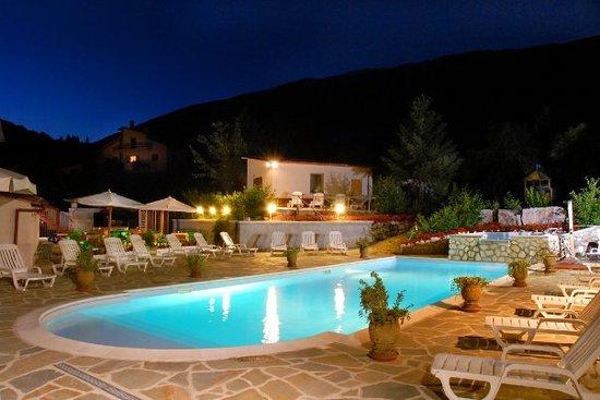 Villetta Barrea, Italy: la piscina dell'hotel degli olmi