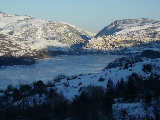 Villetta Barrea, Włochy: il lago di barrea ghiacciato