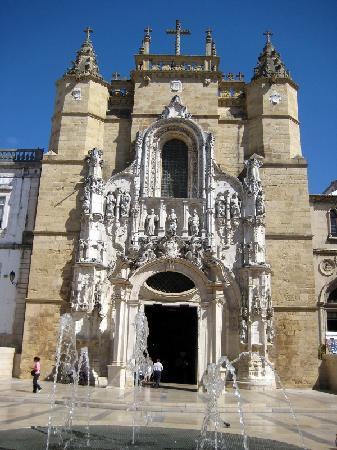 Coimbra, Portugal: Kirche am Eingang der Fussgängerzone