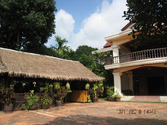 Bloom Garden Guesthouse Villa: The cabana where breakfast is served.