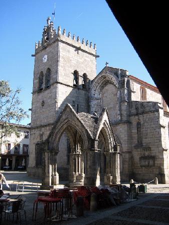 Guimaraes, Portugalia: Kirche mit Taufkapelle auf dem Vorplatz