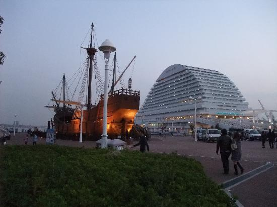 Кобе, Япония: Santa Maria(replica) and Oriental Hotel, Kobe, 14/Nov/2010