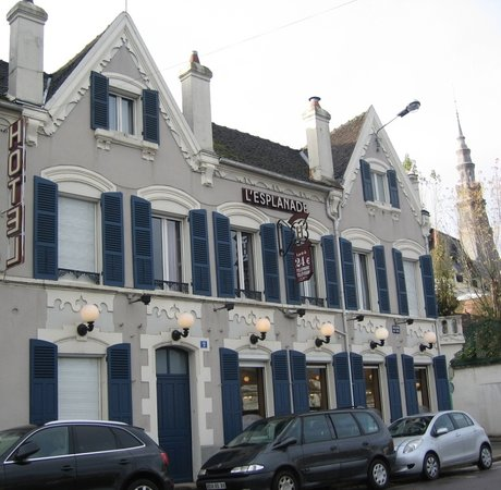 Sens, France : façade avec les le bar, entrée à l'angle droit de la photo (pas visible)
