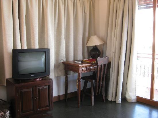 Anise Hotel : Schreibtisch, TV