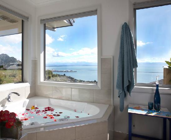 A Culinary Experience Luxury B and B: Luxury bathroom with 2 person bath & separate shower