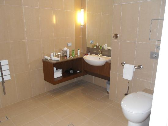 Mercure Sydney Liverpool : bathroom/shower room