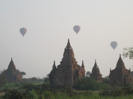 Kumudara Hotel Bagan: you can see the morning balloons from your deck