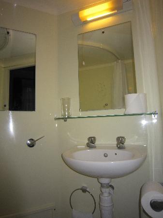 Astons Apartments : lavabo