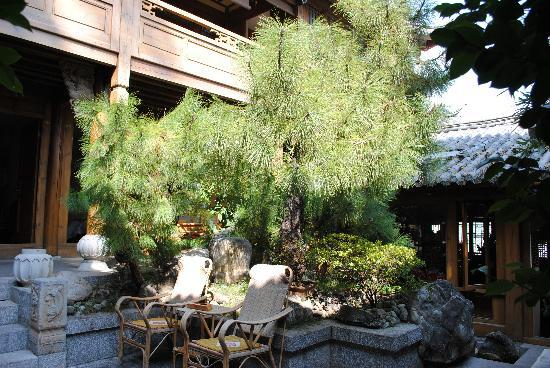 Zen Garden Hotel (Lion Mountain Yard): Central area where you arrive. Quiet and peaceful with water features