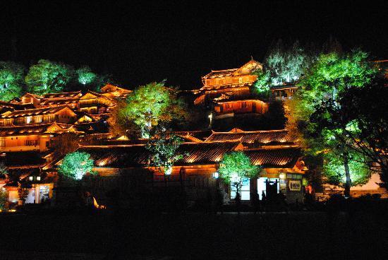 Zen Garden Hotel (Lion Mountain Yard): Lijiang at night