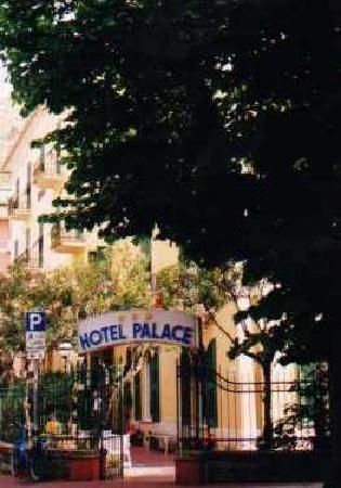 Hotel Palace: Hotel entrance (circa 2001)