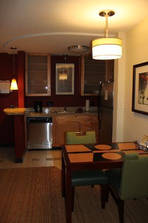 Residence Inn Burlington Colchester: eat in kitchen