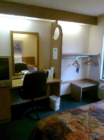 Econo Lodge Inn & Suites: Work desk area