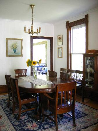 A Victorian Reflection B&B: Dining Room