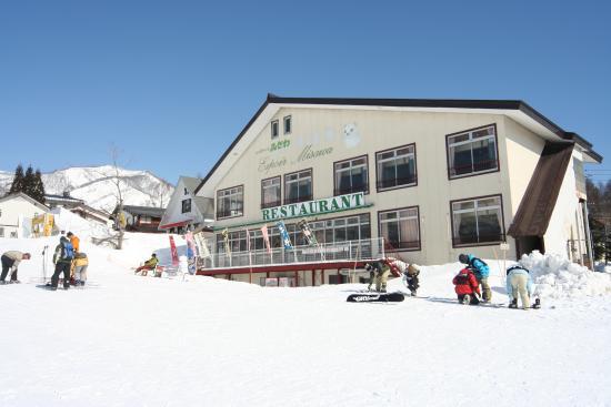 Otari-mura, Japan: ゲレンデから見た冬期外観