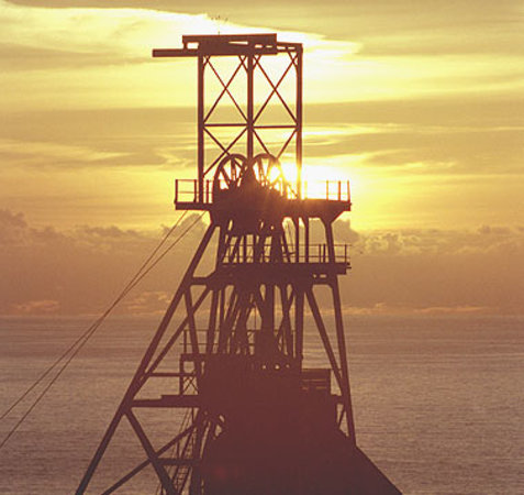 ‪‪Pendeen‬, UK: The iconic Victory Headgear of Geevor Tin Mine at sunset‬