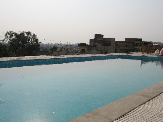Hotel Taj Resorts: SWIMMING POOL ON TOP FLOOR