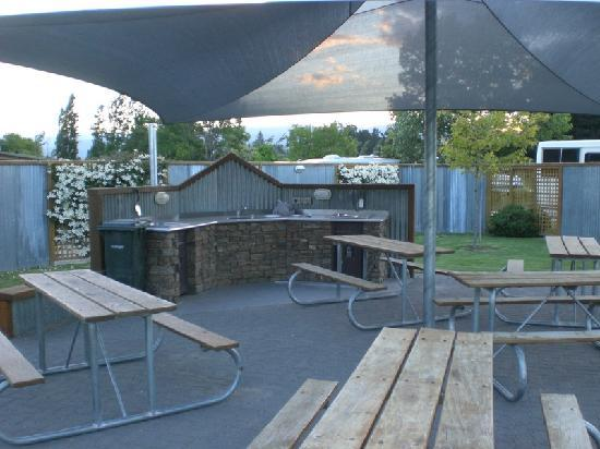 Cromwell Top 10 Holiday Park: BBQ-Pit nahe der Cabins
