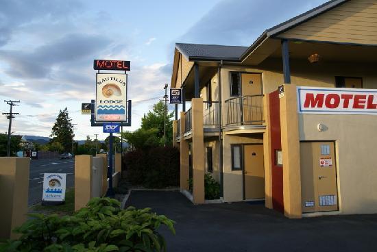 Nautilus Lodge Motel: Motelbeschilderung an der Hauptstraße