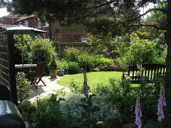 Ashdene House: Guests Garden & Patio area.
