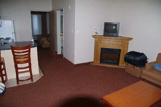 Pomeroy Inn & Suites Grimshaw: La chambre côté salon/cuisine