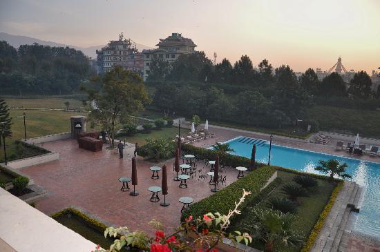 Hyatt Regency Kathmandu: Vista da area de lazer, piscinas (uma delas aquecida), belos jardins, quadra de tenis.