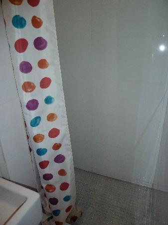 Fit Hotel: shower