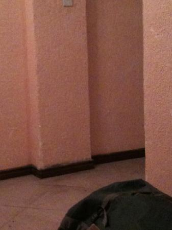 Hotel Aeropuerto: dirty floors and walls