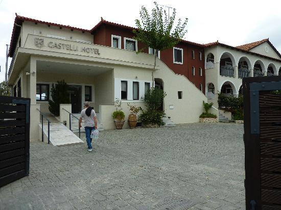 Castelli Hotel: The front of the hotel