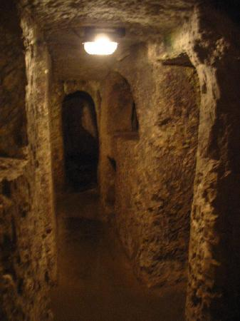 St. Agatha's Crypt, Catacombs & Museum: Couloirs