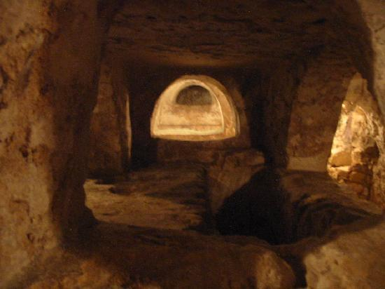 St. Agatha's Crypt, Catacombs & Museum: Couloir