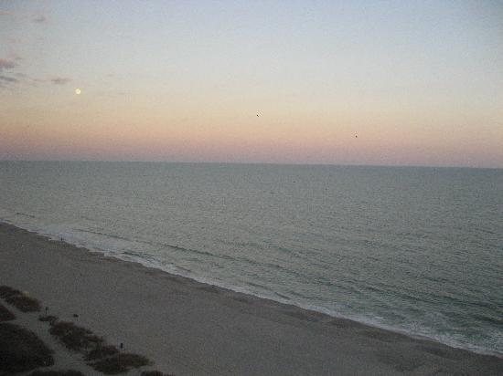Schooner II Beach/Racquet Club: Sunset from the balcony